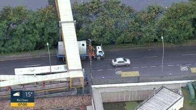 Caminhão entala em passarela na Barra da Tijuca - O veículo ficou preso em uma passarela na Avenida Ayrton Senna.