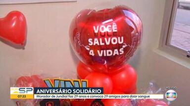 Aniversariante pede doações de sangue como presente de aniversário - Ele reuniu 29 amigos, em referência à sua idade.