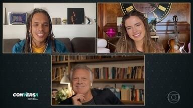 Vitão e Giulia Be contam como é a rotina de compor músicas - Cantor diz que a namorada Luísa é uma de suas parceiras