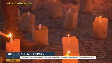 Porto Alegre tem ato em homenagem aos mais de 500 mil mortos pela Covid - Centenas de velas foram acesas em frente ao Monumento ao Expedicionário, no Parque da Redenção. Diversas cidades do Brasil se uniram para fazer a ação em lembrança das vítimas da doença.