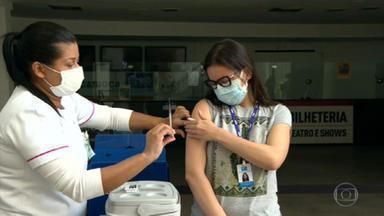 Professora se emociona ao tomar vacina contra a Covid-19 - Fernanda Sobral foi vacinada no posto do Imperator, no Méier. Ela já teve Covid duas vezes e perdeu a irmã. Agora, ao tomar a segunda dose, não segurou o choro.
