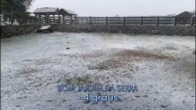 Serra Catarinense registra neve pelo 3º dia seguido - Esta quarta-feira (30) foi gelada em boa parte do país, mas principalmente na Serra Catarinense, onde nevou pelo 3º dia seguido – isso não acontecia na região há 20 anos.