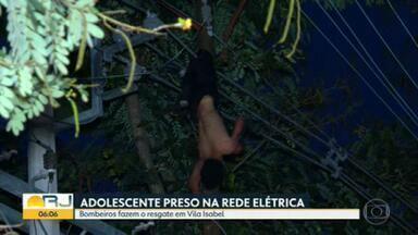 Adolescente fica preso na rede elétrica da Rua 8 de Dezembro, em Vila Isabel - Testemunhas afirmaram que o rapaz estava tentando furtar cabos quando se desequilibrou e ficou pendurado por uma perna na fiação, a seis metros do solo.