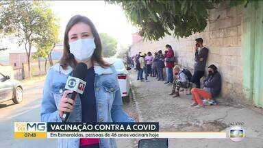 Esmeraldas, na Grande BH, começa a vacinar moradores de 46 anos nesta quinta - Nem mesmo o frio espantou as pessoas, que formaram fila antes mesmo do posto abrir.