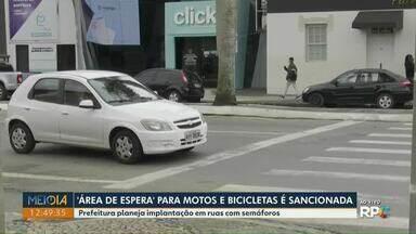 Vereadores aprovam 'área de espera' para motos e bicicletas em Ponta Grossa - Conforme projeto de lei, ruas com semáforos devem ter faixa exclusiva.