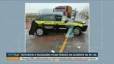 Motorista e passageiro ficam feridos em acidente na PR-180 - Segundo a PRE, condutor perdeu o controle da direção, bateu no barranco e carro capotou.