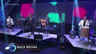 Raça Negra canta 'Cheia de Manias' - Confira