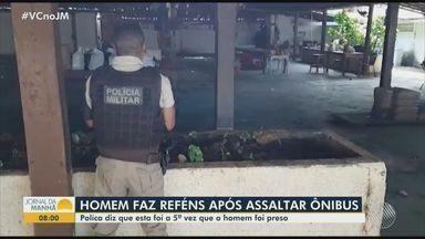 Homem é preso após assaltar ônibus e fazer funcionários reféns em restaurante de Salvador - Segundo a polícia, ele assaltou um coletivo na região da orla e entrou no estabelecimento ao perceber a ação de agentes de segurança. Ele se entregou depois da chegada da esposa.
