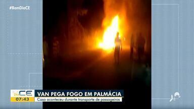 Van de transporte de passageiros pega fogo em Palmácia - Saiba mais em: g1.com.br/ce