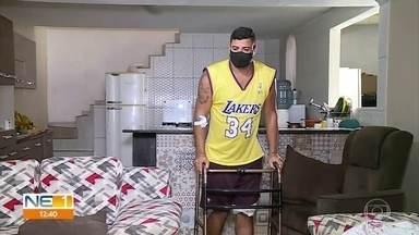 Homem mordido por tubarão recebe alta e se recupera na casa de parentes - Everton dos Reis Guimarães, 31 anos, atacado por tubarão, no dia 25 de julho, em frente à Igrejinha de Piedade, Jaboatão dos Guararapes