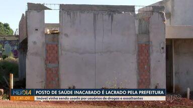 Posto de saúde inacabado é lacrado pela Prefeitura - Imóvel vinha sendo usado por usuários de drogas e assaltantes.