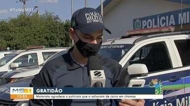 Motorista agradece policiais que o salvaram de carro em chamas em MS - Policiais militares abordaram suspeitos que levavam homens em porta-malas