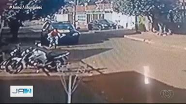 Ciclista pula e por um triz não é atingido por viatura da PM em Quirinópolis - Odilon Ancelmo da Silveira Neto, de 22 anos, acredita que atitude foi proposital: 'Se eu não pulo, eles tinham passado por cima de mim'. Após batida, militares saíram sem prestar assistência.