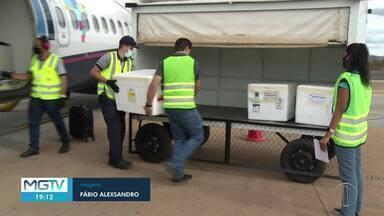 Norte de MG recebe mais vacinas contra a Covid-19 nesta terça-feira (10) - Doses chegaram em um avião comercial.