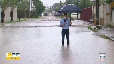 Chuva deixa ruas alagadas em Jaboatão dos Guararapes - Em Candeias, algumas vias ficaram totalmente cobertas pela água.