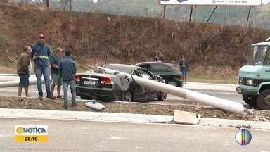 Em Coronel Fabriciano, poste cai em cima de carro após colisão - Acidente foi no trecho conhecido como Morro da Usipa.