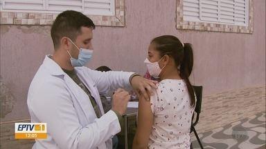 Jovens de 18 anos recebem vacina da Covid em Natércia; 99,9% da população está imunizada - Jovens com 18 anos são vacinados contra a Covid-19 em Natércia; faltam apenas oito pessoas para 100% da população adulta estar imunizada