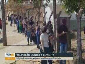 Vacinação contra Covid de jovens de 20 anos gera longas filas em São Carlos - Procura foi grande na manhã desta sexta-feira.