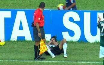 Escudero provoca lance inusitado com o auxiliar - No Corinthians x Palmeiras, jogador alvinegro finge ser atingido pelo bandeirinha e cai no chão.