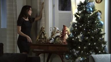 Cora vigia o bar de Manoel para encontrar pistas de José Alfredo - Elivaldo perde a paciência com a tia