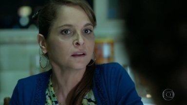 Carolina afirma que vai ficar de olho em Angel - Ela explica para Hilda e Darlene que a filha não conseguiu convites para o desfile