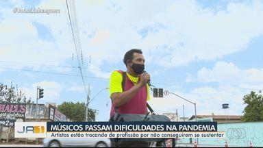 Músicos passam por dificuldades durante pandemia, em Goiás - Ações beneficentes têm ajudado os que mais precisam.