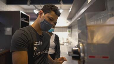 'O café mudou a minha vida', diz barista - Paulo Gabriel cumpria medida socioeducativa quando se encontrou na profissão e se tornou um especialista em preparar cafés.