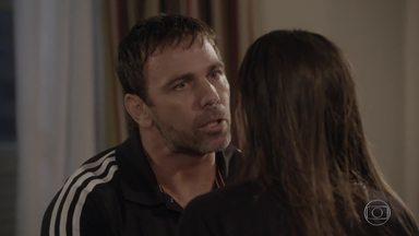 Lobão fica furioso com Nat após encontrar casaco de homem na casa dela - Duca recebe a mensagem e não aparece. Karina diz que o casaco é dela