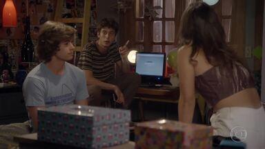 Jade diz que Pedro tem que fazer Karina correr atrás dele - Ela ajuda o guitarrista a pensar em um plano
