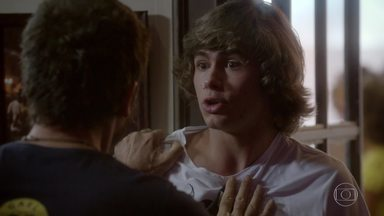 Pedro tenta se explicar para Gael, que dá dura no rapaz - Dandara tenta amenizar a situação. Pedro conta que Jade o ajudou