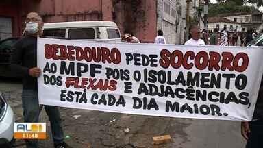 Moradores que vivem em áreas afetadas pelas rachaduras protestam no Bebedouro, Maceió - Eles bloquearam o cruzamento entre a Ladeira Professor Benedito Silva e a Rua Marquês de Abrantes, em Bebedouro.