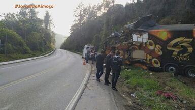 Vocalista da banda Garotos de Ouro morre em acidente de ônibus em Santa Catarina - Airton Machado estava no ônibus do grupo quando o veículo saiu da pista, em Águas Mornas, na madrugada desta segunda-feira.