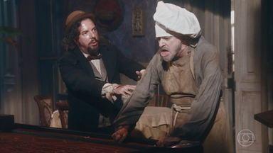 Licurgo e Germana causam confusão no casino - Samuel acompanha os músicos do local