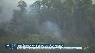 Incêndio atinge serra de São Pedro e fumaça bloqueia estrada - Fogo começou na tarde desta segunda-feira (13). Bombeiros se mobilizam para controlar as chamas.