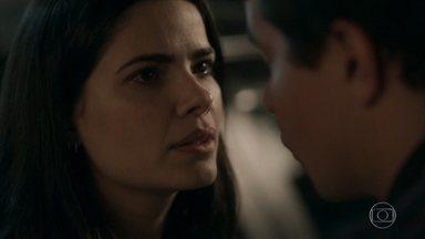 Antônia se irrita por ter beijado Júlio - Júlio fica desolado quando a ex vai embora