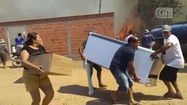 Incêndio ameaça casas e moradores tentam salvar pertences em Fartura do Piauí - Incêndio ameaça casas e moradores tentam salvar pertences em Fartura do Piauí