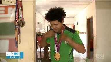 Após ouro em Tóquio, maranhense Jardiel Vieira chega em São Luís - Atleta paralímpico foi ouro pelo Futebol de 5.