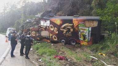 Airton Machado, vocalista da banda Garotos de Ouro, morre em acidente com ônibus em SC - Ele estava no ônibus do grupo quando o veículo saiu da pista, em Águas Mornas, na madrugada desta segunda-feira.