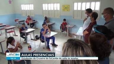 Escolas de Cruzeiro do Sul retomam aulas presenciais com sistema híbrido - Escolas de Cruzeiro do Sul retomam aulas presenciais com sistema híbrido para mais de 12 mil alunos