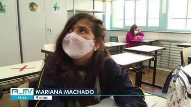 Rede municipal de Petrópolis, RJ, retoma ensino presencial opcional - Alunos foram para as salas de aula nesta segunda-feira (13). Sindicato é contra a retomada.