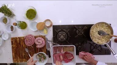 Churrasco, batata gratinada, farofa de banana e molho chimichurri - Chef Claude e Batista preparam uma refeição inspirada na cozinha argentina para homenagear a entregadora Audrey. No cardápio, churrasco com batatas gratinadas e alfajor no copo.