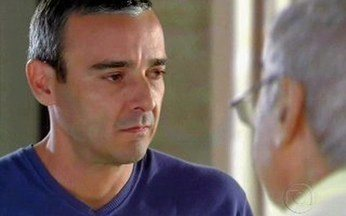 Raul se despede de Cadore - Ele dá último abraço no pai, que estranha o jeito do filho.