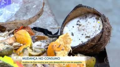 Lixo reflete mudança de consumo muda com pandemia - Quantidade de restos de comida jogados fora diminui, segundo pesquisa da Companhia de Limpeza Urbana do Rio. Cariocas também estão descartando menos embalagens de delivery.