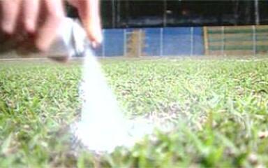 Baú do Esporte: em 2000, uso do spray no futebol prometia colocar barreira na distância regulamentar