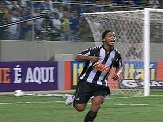 Gol do Atlético-MG! Ronaldinho arranca com a bola e marca um golaço aos 44 do 2º tempo