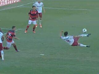 Golaço do Fluminense! Fred acerta um belo voleio, aos 17 do 1º tempo, contra o Flamengo