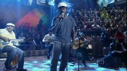 Luiz Melodia canta no encerramento do programa 'Altas Horas'