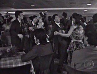 João Carlos Barroso em 'Estúpido Cupido' dançando twist no baile