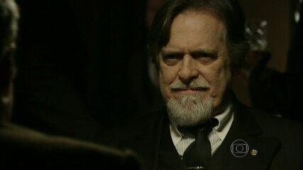 Ernest incentiva Venceslau a apostar Iolanda na mesa de pôquer