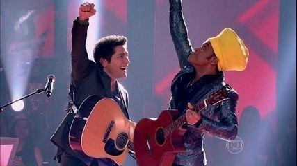 Tiago Leifert surpreende e canta 'Amor I Love You' com Carlinhos Brown e Daniel